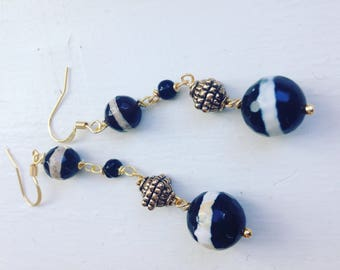 Dangle earrings with gemstone and gold