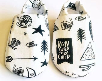 Black and white baby camp shoes, camping baby shoes, monochrome cribs shoes, soft sole shoes, newborn baby booties, camping moccs, baby shoe