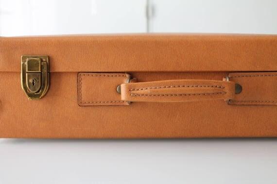 valise vintage en simili cuir de couleur fauve mallette de. Black Bedroom Furniture Sets. Home Design Ideas