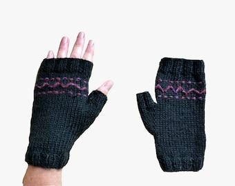 Black woman and plum-purple pattern woolen mittens