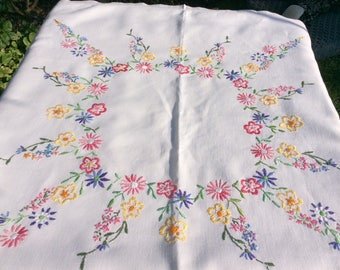 Floral Daisy table cloth, hand embroidered vintage piece from the 1950s, 32 inch square