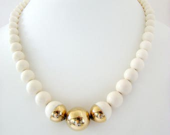 Creme Plastic Bead Necklace, Beaded Necklaces, Vintage Necklaces, Retro Necklaces, Vintage Jewelry, Plastic Bead Necklace, Beaded Necklace