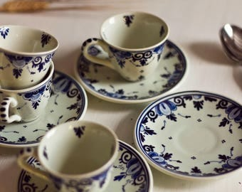 Set of 4 cups and under coffee cup Manufactory of Delf, serving coffee, coffee cups, Delf, cups patterned blue.