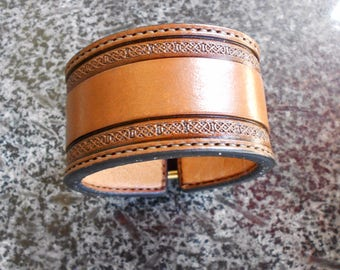 Detailed knotted border leather cuff