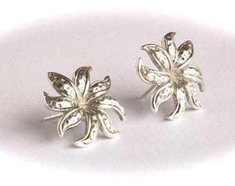 Amazing flower stud earrings perfect for special occasions and for your casual outfit