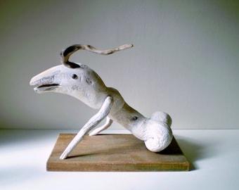 Sculpture d'animal fantastique en racine de bois flotté sur socle - Création unique