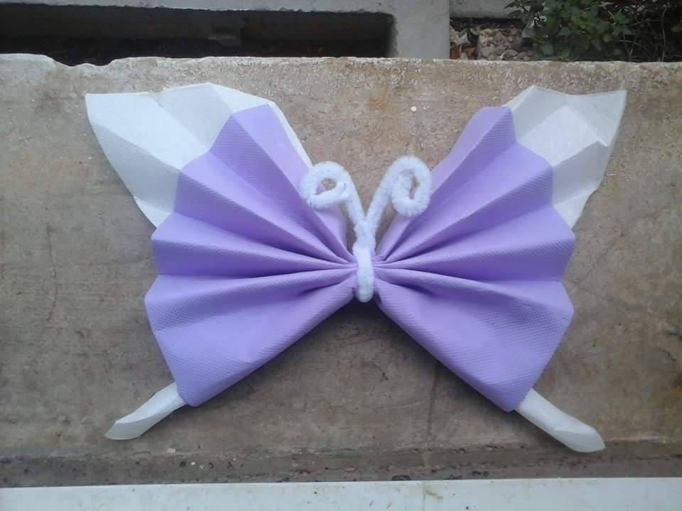 pliage de serviette en forme de papillon mauve et blanc. Black Bedroom Furniture Sets. Home Design Ideas