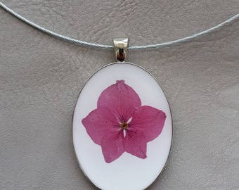 Round neck + Oval large size pendant in resin and dried hydrangea flower