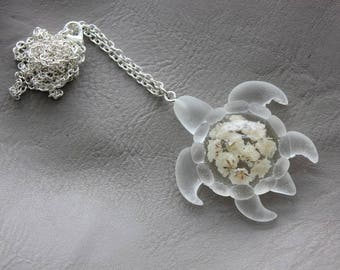 Necklace 77 cm + pendant turtle 4.6x4.6cm white resin and dried baby's breath flower