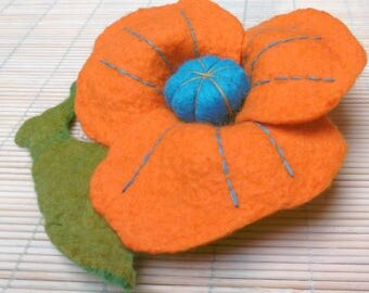 "Large flower ""blue heart"" brooch - pure Merino Wool"