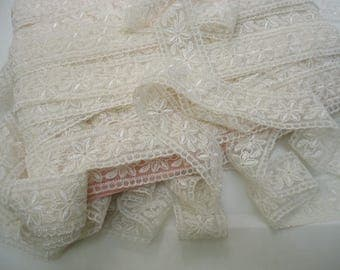 Lace ivory embroidered on mesh fabric - width 3.5 cm