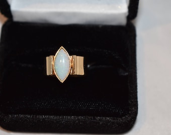 Ladies 14KT yellow gold opal ring