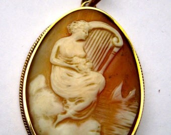 Antique gold pendant with shell-camé. Italian, ca. 1900 tested with oak leaf