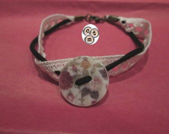 "Textile bracelet with button ""flowers"" and lace"