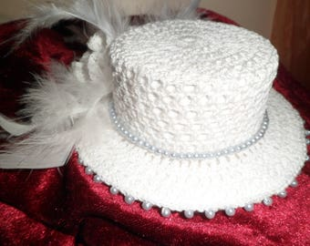 Mini top hat party with pearls and feathers