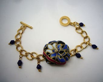 Bracelet gourmette rouge et dorée avec fleur de style asiatique bleu et doré en tissu, breloques,pièce unique, cousue main. Made in France