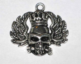 Skull king and silver wings pendant