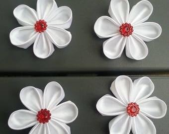 5cm  lot de 4 fleurs de satin blanche et centre rouge