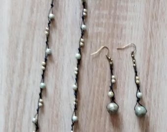Set of necklace and pearl earrings.