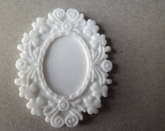 x 1 medium white lacquered resin cameo 5 x 4 cm
