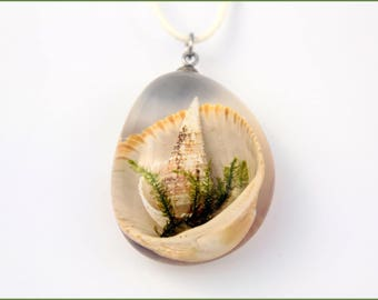 Unique pendant with shells in resin, Necklace with shells, Pendant, For a gift, Original Necklace, Christmas gift for her, Resin jewelry