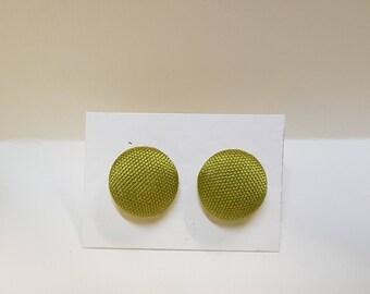 Button earrings in silk, green