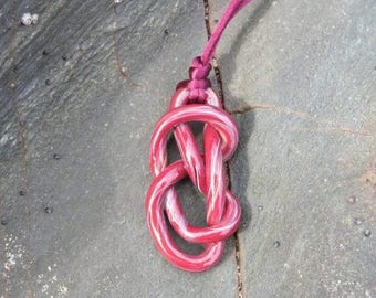 "Pendant ""Maravall knot"" red."