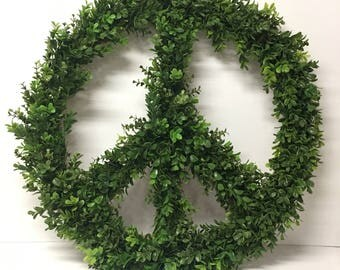 18 Inch Boxwood Peace Sign