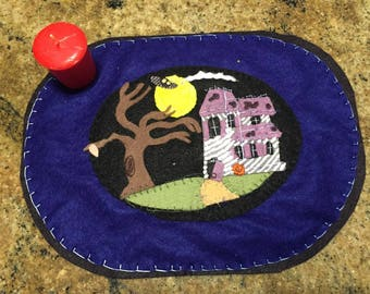 "HALLOWEEN~CANDLE~MAT~pENNY~rUG~hANDMADE~wOOL~fELT~hAUNTED~hOUSE~sCENE~uNIQUE~12""X9""~oR~uSE~wITH~cANDLE~iN~cENTER~pUFF~pAINT~oN~hOUSE~"