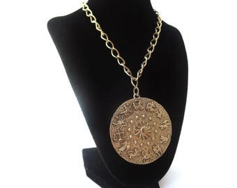 Celestial Unmarked Gold Tone Metal Large Link Chain & Circular Shaped 12 Zodiac Horoscope Vintage Medallion Pendant Necklace