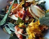 50g - Mélange de Mai : feuilles de cassis, plantain, fleurs de soucis, carotte, pomme. Friandises pour lapins.