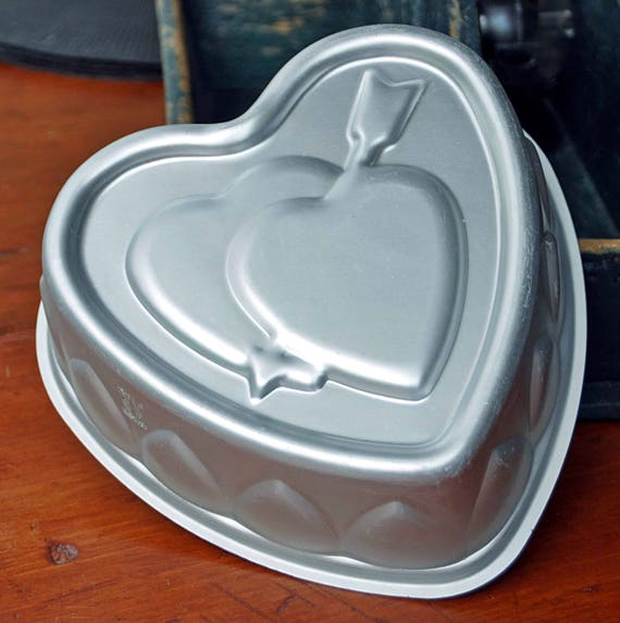 Collectible Wearever DOUBLE HEARTS #294 – 1 1/2 with arrow cake pan / mold- made in U.S.A.