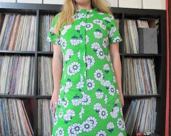 30% OFF SALE!! enter summersun at checkout! 1960s  Grass Green Flower Power Shift zipper front housedress sz L