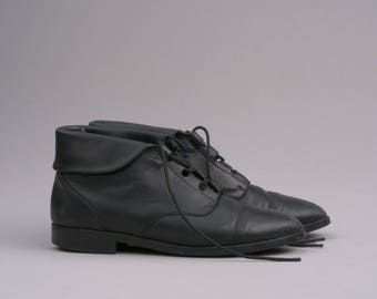 Vintage Black Leather Cuffed Lace-Up Ankle Boots / Size 7