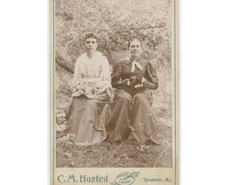 Ladies Remove Hats for Portrait: Antique Cabinet Photo by C.M Husted Studio, Brashear, MO, c1880s-90s (77592)