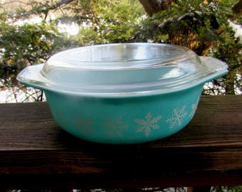 PYREX SNOWFLAKE turquoise blue and white covered casserole