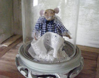 Little mouse doing sewing