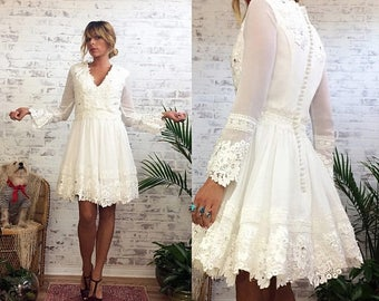 20% OFF FLASH SALE Vintage 70's 80's Short Bell Sleeved Lace Wedding Dress With Circle Skirt || Boho White Wedding Dress ||  Size Small / Us