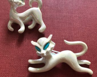 Pair vintage cat pins brooches shimmering white with teal blue eyes // siamese kitten brooch