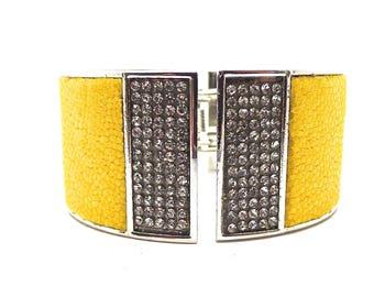 Bracelet argenté cuir de Galuchat perlé (raie) jaune et stras