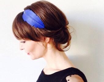 """Head-band en CUIR Bleu cobalt modèle """"plume"""" monté sur élastique orné d'un clou doré"""