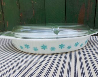 Pyrex Snowflake covered casserole 1 1/2  QT divided compartments turquoise stars milk glass clear lid pot luck family 2 course meal server