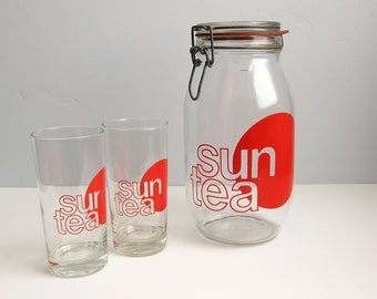 Vintage Red Sun Tea Glass Jar and Two Tumbler Glasses Set - Retro Mod Typographic Design 2 Liter Sun Tea Wire Bail Canister