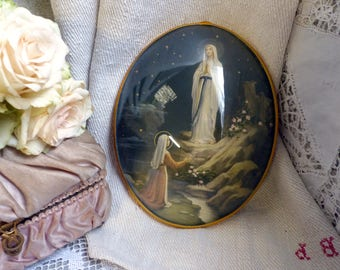 French vintage Our Lady of Lourdes color lithograph. Convex glass dome frame. Madonna. Jeanne d'Arc living. French Nordic. Rustic romantic