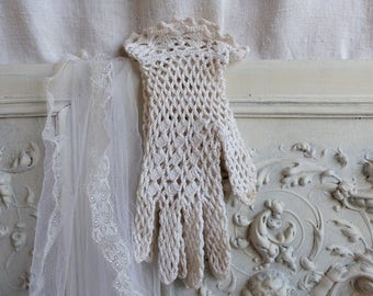 French vintage hand crochet gloves. Ecru color Vintage ladies crochet lace gloves. size 7. Costume gloves French Nordic. Jeanne d'Arc lving.