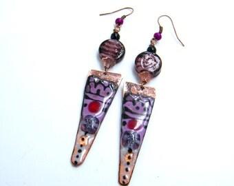 Boucles d'oreilles tribales - cuivre émaillé - breloques rustiques - émaux sur cuivre - verre- mauve - noir - cuivré - pièce unique