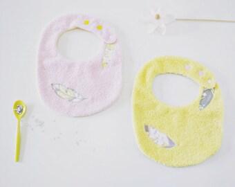 Ensemble de 2 jolis bavoirs éponge réglables, bavoirs bébé éponge, bavoir naissance réglable, bavoir bébé fille, plumes brodées, jaune, rose