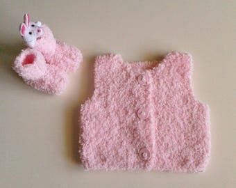 Vest and slippers for born baby in 24 hand-knitted pink woolen months