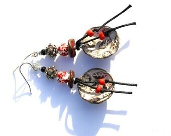 Boucles d'oreilles bohèmes céramique artisanale porcelaine bijou rustique primitif urbain verre tchèque boho chic rouge noir argenté ooak