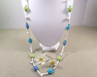 HONG KONG! Beautiful Vintage Lucite Flower Single Strand Beaded Necklace Signed Hong Kong DL#2810